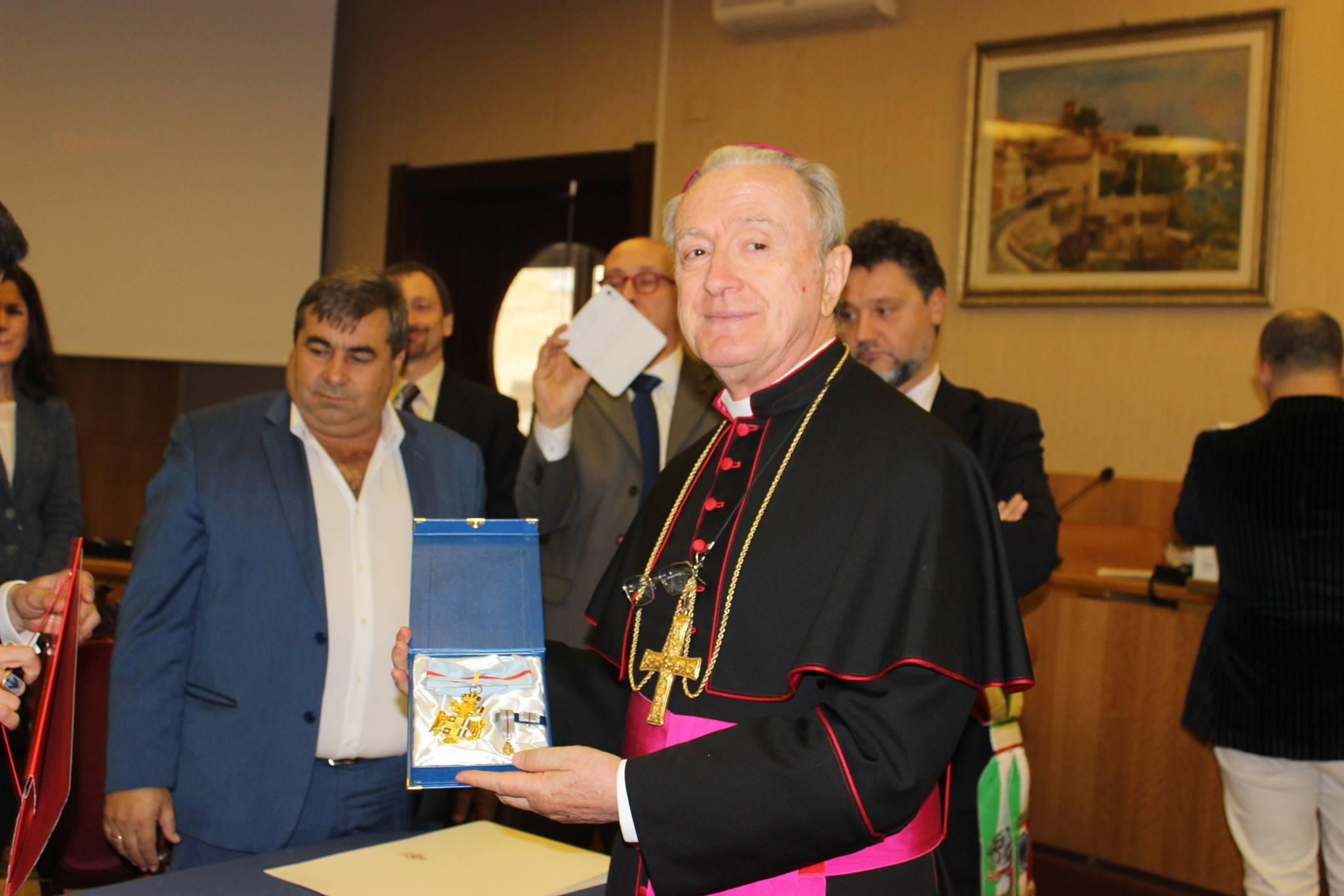 Conferimento medaglia d'oro di benemerenza a SE. Mons Tonucci